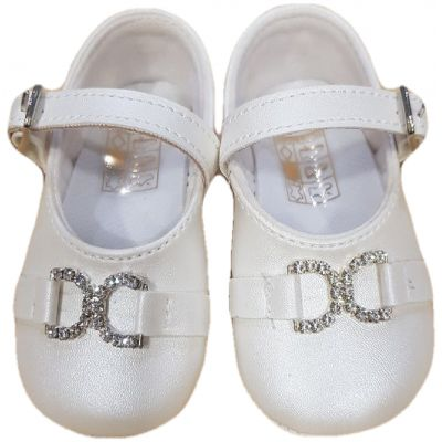 Botosi fete, model balerini, din piele ecologica, albi cu o clapeta cu catarama si cu scaii, cu brose aplicate in fata