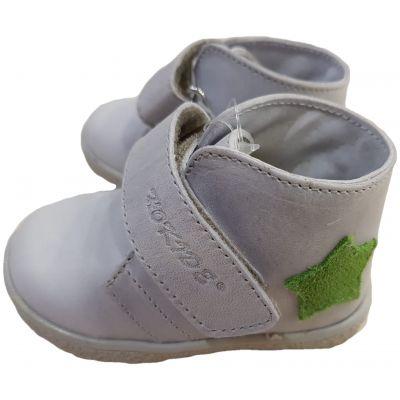 Ghete din piele naturală pentru bebe, model cu susținere gleznă de culoare gri deschis cu stea verde si închidere cu clapetă