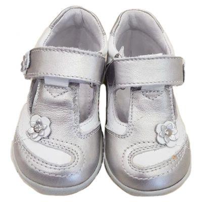 Pantofi fete, model semodecupat  ,din piele naturală , albi  cu argintiu și talonet interior